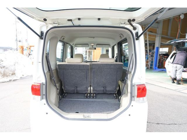 リヤシートが前後に大きくスライドするので荷物もたっぷり乗ります