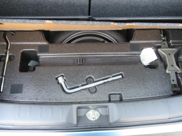 トランク下にパンク修理キットがあります