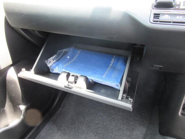 グローブボックスに車検証を入れます