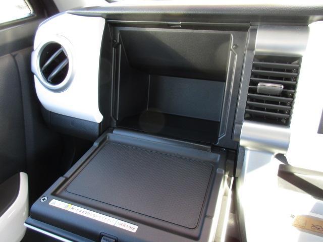 テーブル機能付インパネボックス(助手席)停車中にテーブルとして使えるインパネボックス。*耐荷重1.5kg