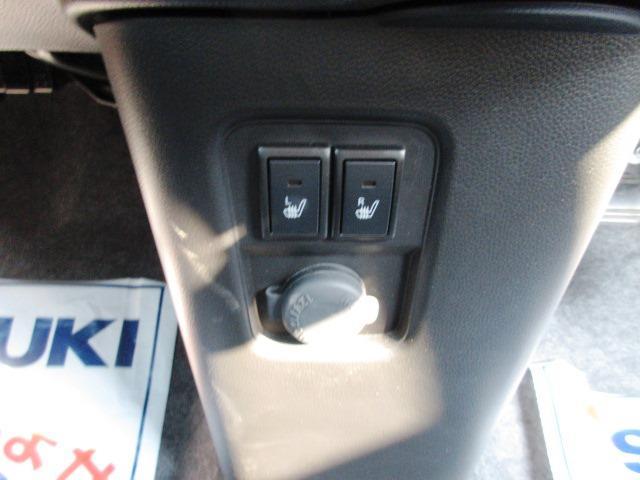 寒い季節にうれしい運転席/助手席シートヒータースイッチと便利なアクセサリーソケッ