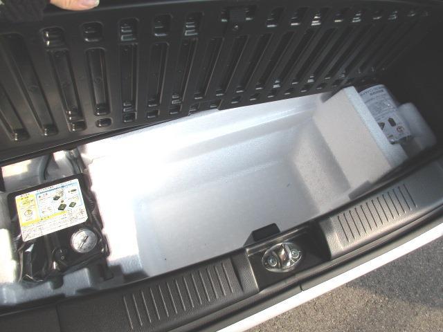 ラゲッジアンダーボックスは深さもあり使い易い。