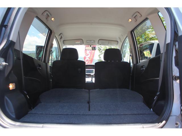後部座席を倒すとこんなに広いスペースが現れます、急な荷物や大きな荷物に対応できますね!