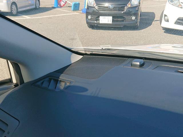 フロントガラスが大きくて前方視認性も良好です。操作系スイッチ類も使いやすく配置されています。