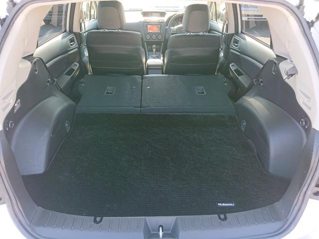 後部座席を倒すとこんなに広いスペースが現れます、急な荷物や大きな荷物にも対応できますね!