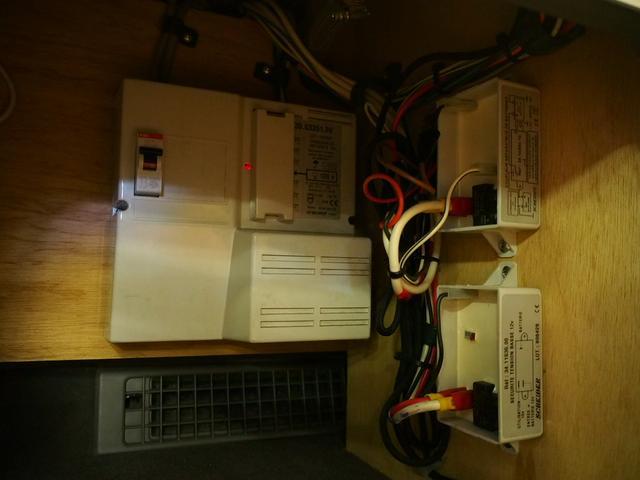 ポップアップルーフ 4WD FFヒーター 冷蔵庫 走行充電(14枚目)