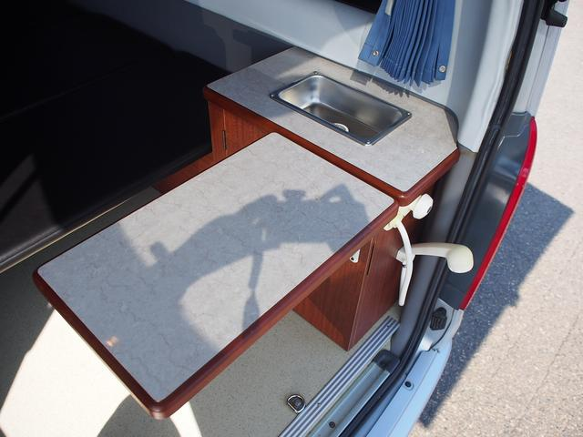 オリジナルキャンパー 4WD FFヒーター ステンレスシンク シャワー 給排水ポリタンク各12L 外部充電器 サブバッテリー 電圧計  純正SDナビ Bカメラ ETC コーナーセンサー フォグランプ(10枚目)