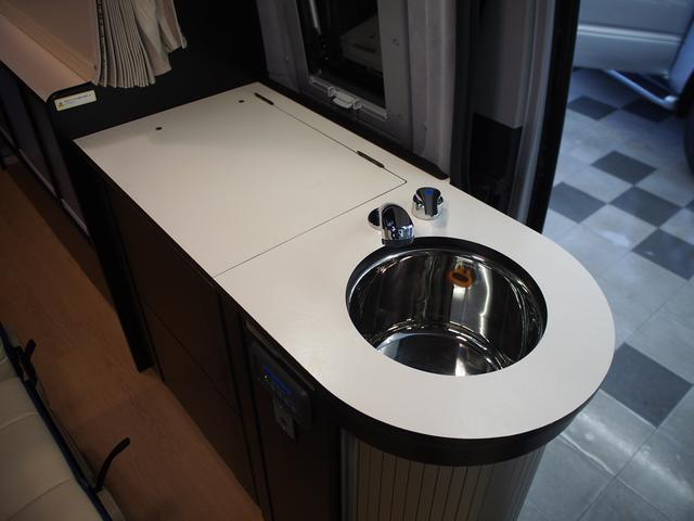 トイファクトリー バーデングランデ 4WD シャワーフォーセット付きシンク 給排水ポリタンク各13L ツインサブバッテリー 外部充電 エアロソーラー FFヒーター 冷蔵庫 1500Wインバーター(9枚目)