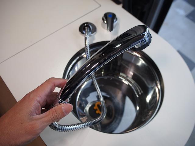 トイファクトリー バーデングランデ 4WD シャワーフォーセット付きシンク 給排水ポリタンク各13L ツインサブバッテリー 外部充電 エアロソーラー FFヒーター 冷蔵庫 1500Wインバーター(10枚目)