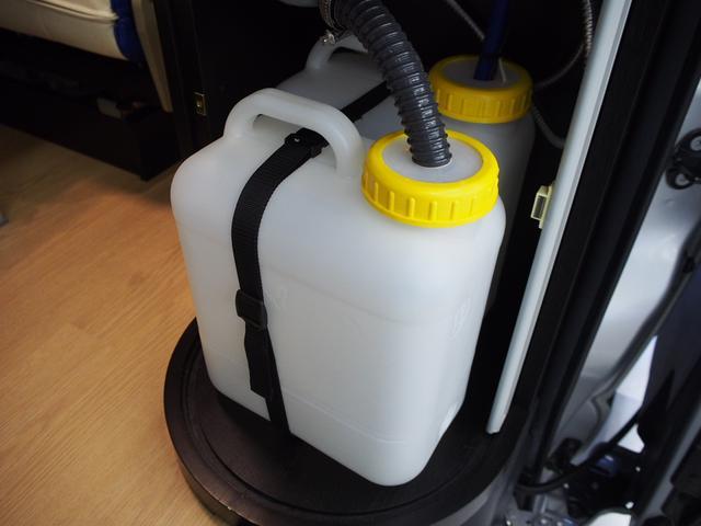 トイファクトリー バーデングランデ 4WD シャワーフォーセット付きシンク 給排水ポリタンク各13L ツインサブバッテリー 外部充電 エアロソーラー FFヒーター 冷蔵庫 1500Wインバーター(11枚目)