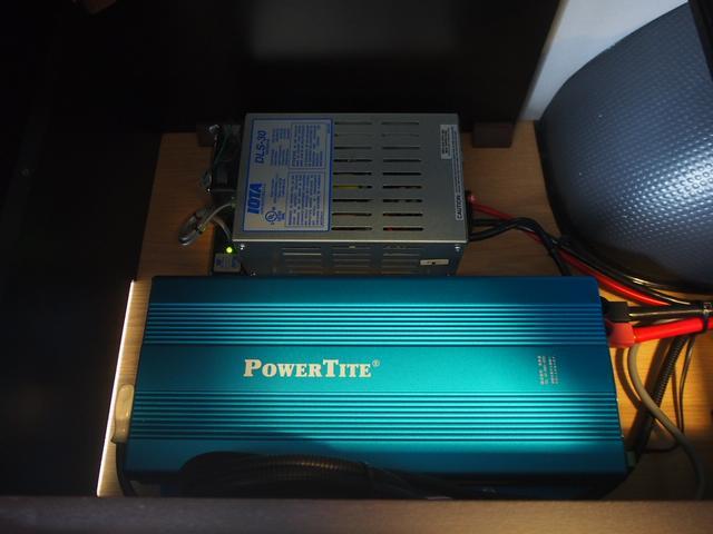 トイファクトリー バーデングランデ 4WD シャワーフォーセット付きシンク 給排水ポリタンク各13L ツインサブバッテリー 外部充電 エアロソーラー FFヒーター 冷蔵庫 1500Wインバーター(14枚目)