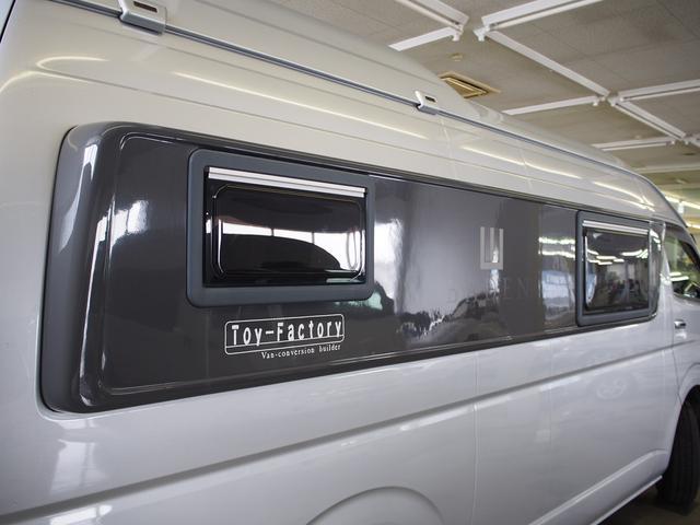トイファクトリー バーデングランデ 4WD シャワーフォーセット付きシンク 給排水ポリタンク各13L ツインサブバッテリー 外部充電 エアロソーラー FFヒーター 冷蔵庫 1500Wインバーター(29枚目)