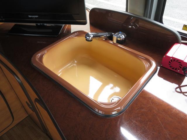 RVビックフット リトルノオクタービア 4WD 冷蔵庫 FFヒーター ツインサブバッテリー シンク 給排水ポリタンク10L ルーフベント 外部J電源 純正SDナビ 地デジ バックカメラ 社外15AW(8枚目)
