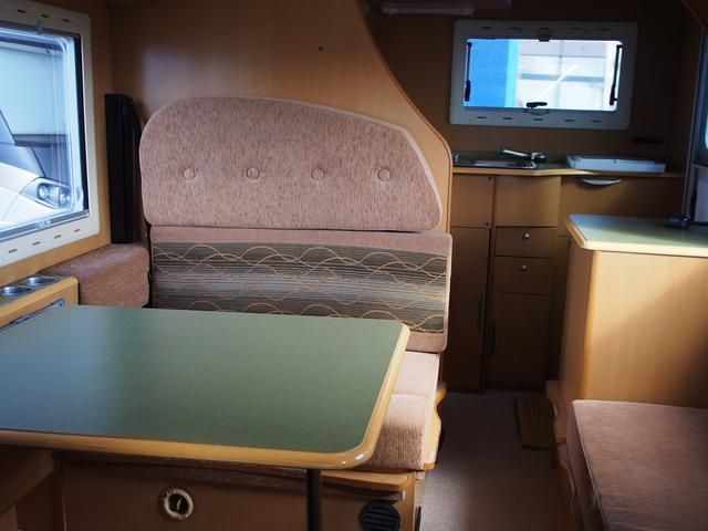 リアエントランスタイプ 乗車定員7名 就寝大人5名+子供1名 3列シート となっております!