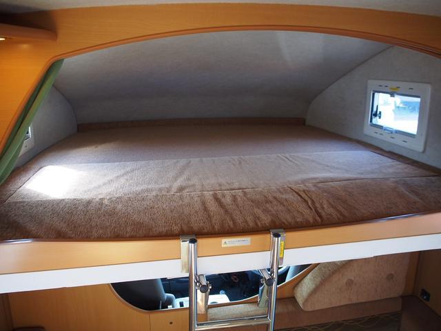 広々したバンクベッド 185cm×182cm 大人3名の就寝が可能です!