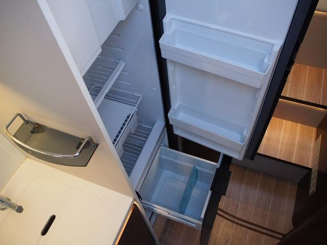 フィアットデュカト ローラーチーム リビエラ85XT ディーゼルターボ ワンオーナー 3バーナーコンロ 冷蔵庫 温水ボイラー FFヒーター 家庭用エアコン ソーラーパネル トイレ 充電器 インバーター(5枚目)