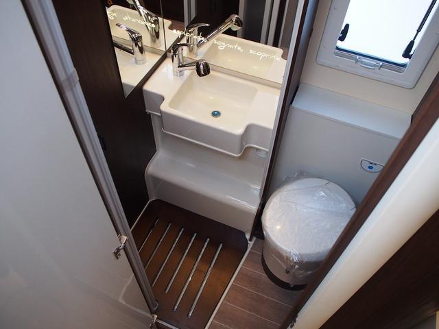 フィアットデュカト ローラーチーム リビエラ85XT ディーゼルターボ ワンオーナー 3バーナーコンロ 冷蔵庫 温水ボイラー FFヒーター 家庭用エアコン ソーラーパネル トイレ 充電器 インバーター(12枚目)