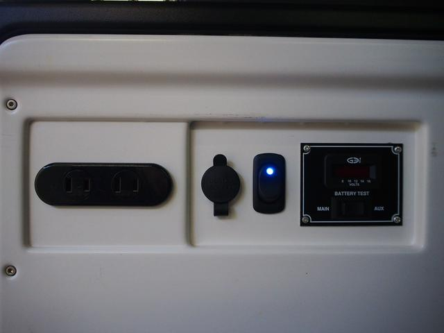 スーパーGL ダークプライム MRT タイプII 社外サンルーフ 4WD 純正SDナビ 地デジ 純正LEDヘッド ETC Bモニター LSD ハーフレザー ウッドコンビ ベッドキット サブバッテリー 床板張り AC100V(14枚目)