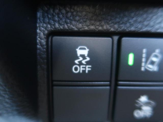 滑りやすい路面でのコーナリング時に横滑りが発生した場合にブレーキとエンジン出力を自動的にコントロールします。