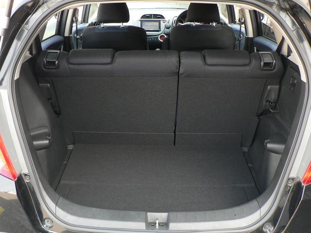 後部座席は左右分割可倒式ですので、3名乗車時などに重宝します。また、フルに倒せば広大な荷室に早変わり!