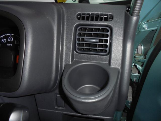 エアコンの吹き出し口近くにドリンクホルダーがあるので、飲み物を夏は冷たく・冬は暖かくすることが出来ます。