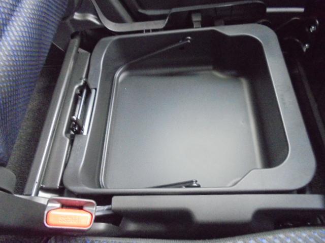 助手席の座面をはぐると収納スペースがあります。取り外しが可能なので、様々な使い方が出来ます。