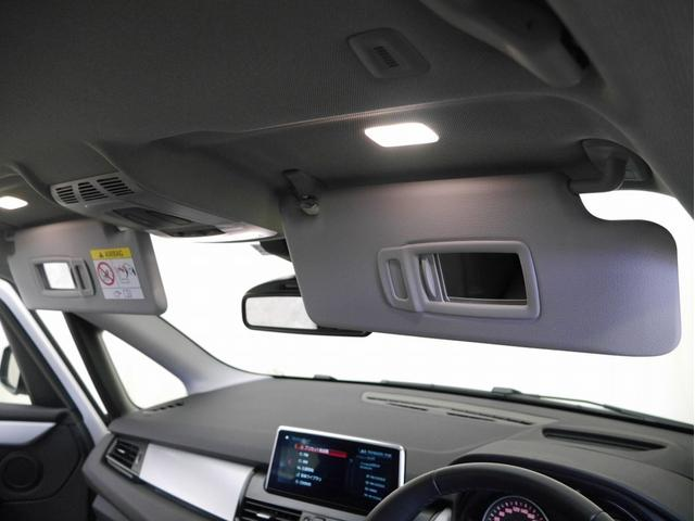 ■前席のサンバイザーにはライト付きのバニティミラーが付いています☆