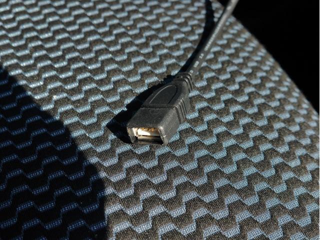 ■USBケーブルを挿してお手持ちのスマホなどを充電できます♪