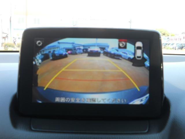 センターディスプレィにバックカメラの映像を映し出し、バックでの駐車をサポートします。