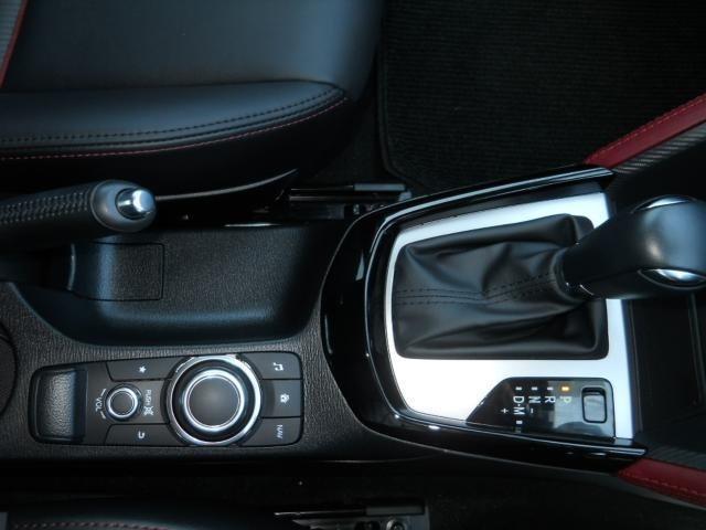 クリーンディーゼルの上質なパワーフィールを余すところなく楽しむ、6速AT。ドライビング姿勢を崩すことなく操作ができる優れた機能性のコマンダーコントロール。