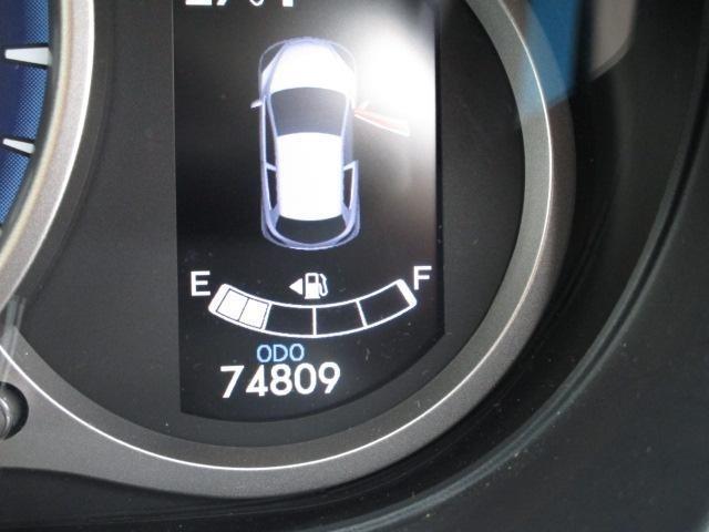 スカイアクティブグレード専用のメーターは爽やかな青白い光を放っています。メーター右隣の枠内には燃費情報や走行に関するデーターが表示され、エコ運転の目安として活用いただけます!