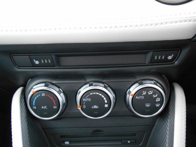 室内を設定温度に保つよう、風量や吹き出しモードを自動調整するフルオートエアコンを採用。