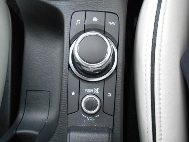 手元を見ることなくナビを操れるよう、ステアリングを握っていた左手を自然に下ろした位置に設置。シンプルで使いやすく、機能を覚えやすいボタン配置。