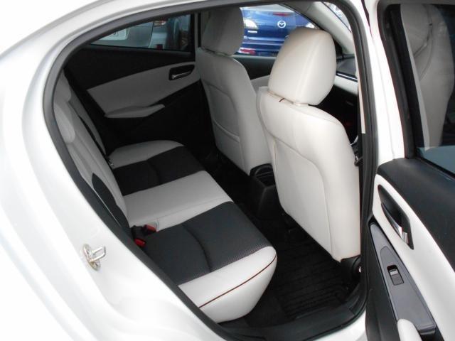 薄型の前席シートバックを採用したことにより、ニークリアランスが前モデルより18mm拡大。前席シートバックに膝をぶつけず、楽な姿勢でドライブを楽しめます。
