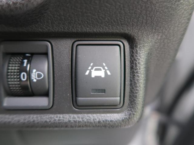 カメラにて走行中の車が車線から逸脱した事を感知。警報音にて運転者にお知らせし、サポートします。