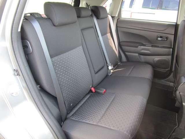 リヤシートも足元にゆとりがあって、長時間のドライブでも快適にお過ごしいただけます。