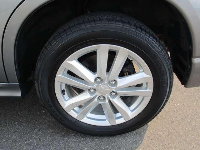 三菱純正アルミホイールを装着。タイヤサイズは215/60R17インチです。