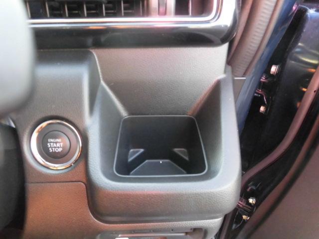 運転席ドリンクホルダー。500mlも入ります。