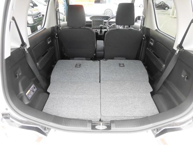 後ろの座席を倒すとこんなに広い空間へと変わります。