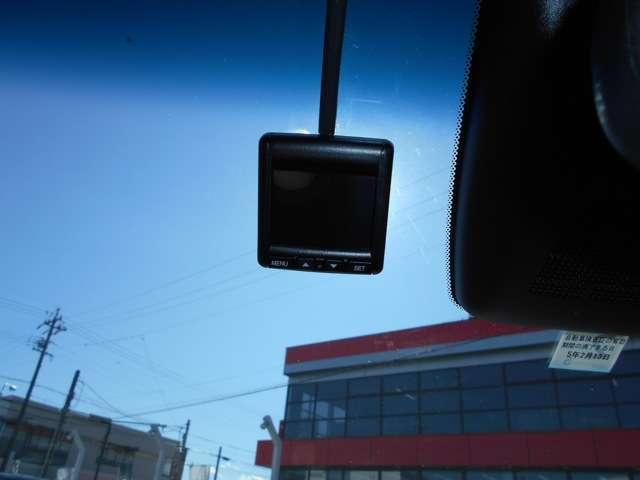 純正のドライブレコーダーが装着。いざという時に画像を録画し、ドライバーの助けになります。