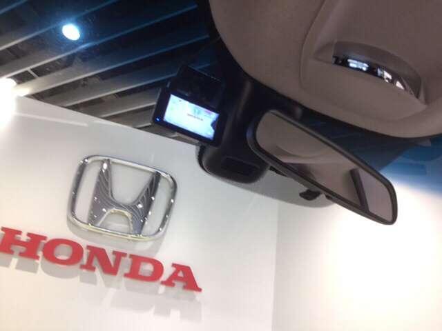 先進の安全運転支援システムHonda SENSING付です。衝突を予測してブレーキをかけたり、 前のクルマとちょうどいい距離でついていったりできる多彩な安心・快適機能を搭載した先進の安全運転支援システ