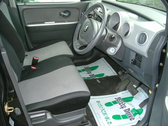 フロントシートはベンチタイプなので、助手席からの移動も楽です
