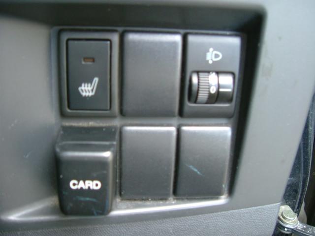 運転席シートには寒い時期には嬉しいヒーター付です