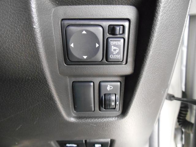 こちらは電動格納ミラーのスイッチです。