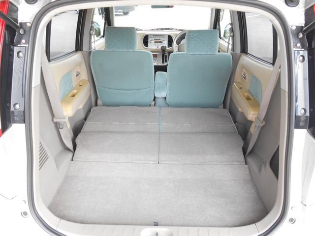 後席シートを倒せばフラットになるので、大きい荷物も積めます。