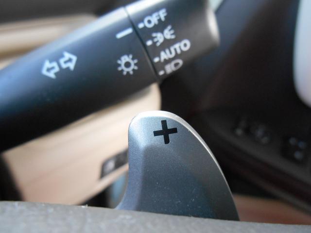 ハンドルの手元でシフトアップとダウンができるスイッチ。パドルシフトついてます。