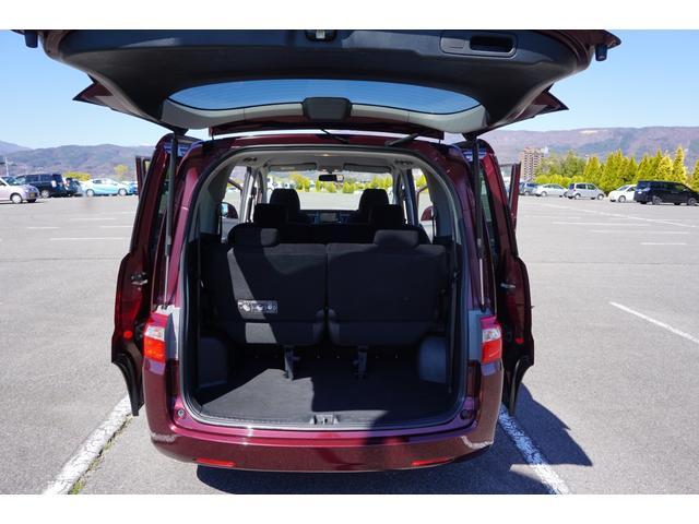 ☆サードシートは左右跳ね上げ式です。 ☆リアサイド左右にジャッキ・車載工具が収納されております。スペアタイヤはリアフロア外側下部に装着されております♪