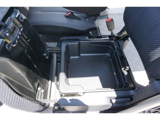 ☆助手席シート座面を開けると収納BOXがございます♪