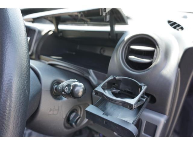 ☆キーフリーシステムですので、スマートキーが車内にあれば鍵を刺さずにキーシリンダーを回す事が出来ます♪ ☆左右空調吹き出し口下部に、ドリンクホルダーが装備されております♪