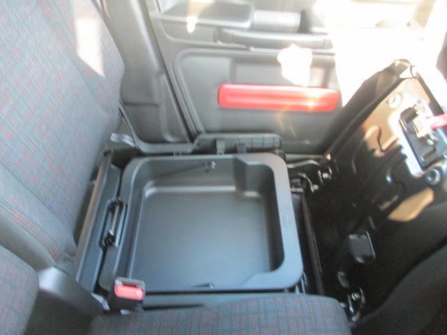 助手席シートの下には収納があります。助手席シートアンダーボックス☆